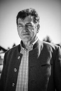 Anton Steuxner. Jahrgang 1945, Vater von vier Kindern, Obmann der Agrargemeinschaft Mötz, Holzhändler und Sägewerksbesitzer, Altbauer, leidenschaftlicher Jäger. 1971 hat er den Schwöbhof in der Königsgasse in Mötz vom Vater übernommen. Vierzig Jahre lang hat er als guter Hausvater und Treuhänder den Stammsitz geführt, er hat den Hofbesitz vergrößert, das Haus erweitert und modernisiert. Vor vier Jahren hat er dem Sohn übergeben. Nun liegt es am Jungbauern als Treuhänder von kommenden Generationen am Schwöbhof zu wirtschaften. Foto: Peter Parker